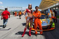 #3 Clearwater Racing McLaren 650S GT3: Weng Sun Mok, Rob Bell, Keita Sawa con chicas de la parrilla