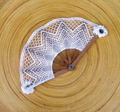 Eventail blanc en dentelle aux fuseaux et montants en acajou : Décoration de table par dentelles-fait-main