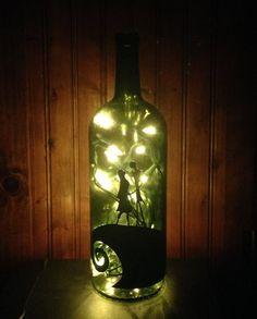 Botella de vino reciclada hecha en una lámpara de Jack y Sally de pesadilla antes de Navidad en el frente. Una decoración de dormitorio grandes,