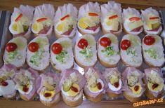 Chlebíčky s drůbeží šunkou a poličanem:Veku namažeme obyčejným, nebo pomazánkovým máslem a ozdo...
