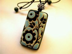 Clay pendant blue black clean lines flower motif pottery ceramics clay jewelry Porcelain Jewelry, Ceramic Jewelry, Enamel Jewelry, Ceramic Beads, Ceramic Clay, Ceramic Pottery, Jewelry Crafts, Jewelry Art, Beaded Jewelry