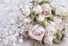 Ich vermisse meine Rosen im Garten, die dieses Jahr so langeauf sich warten lassen. Bis dahin werde ichwelche kaufen müssen :-) Gerne bei ...