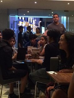 SRK enjoys some ice-cream with Aryan and Suhana at London!