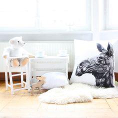 Gezeichnete Elin (Elchkuh) mit Bio-Farben auf Bio-Stoff gedruckt. Großes Kissen auch super schön für das Kinderzimmer. #cushion #pillow #kissen #weiss #illustration #zeichnung #gots #organic #children #sofa #couch #blickfang
