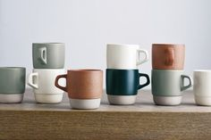 Design Kinto This is a series of mugs with a matte glaze and the smooth clay texture. The combination of grey clay and dark coloured glaze give a warm presence,