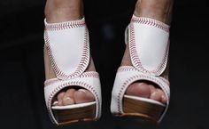 Una fanática de los Yankees de Nueva York con zapatos de tacón alto en el Yankee Stadium antes de un juego contra los Medias Rojas de Boston, en Nueva York, el 01 de abril de 2013. | Créditos: REUTERS / Mike Segar