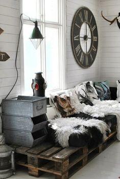 wanduhr rund rustikal leuchten sofa fell polsterung