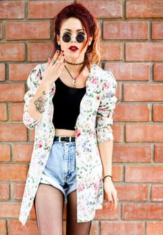 Luanna Perez gorgeous outfit for spring with highwaisted shorts, cropped top, floral print jacket and vintage sunglasses. her red hair makes it complete^^