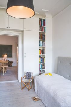 Built-in bookshelves in the guest room. A smart solution!
