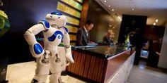 Él es Connie, el primer robot conserje del mundo. Trabaja en el hotel Hilton McLean de Virginia y el nombre se lo puso el propio Conrad Hilton. Está en periodo de pruebas, como buen becario, pero ya está aprendiendo a interactuar con los huéspedes y a responder a todas sus preguntas con una exquisita amabilidad. Lo bueno que tiene es que cuantos más clientes interactúen con él, más ...