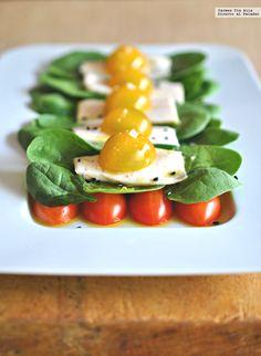 Ensalada de lascas de bonito asado con espinacas, tomates cherry y aliño de sésamo.