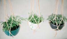 pretty! Macrame Leather Hanging Planter Bowl von paperandclaystudio auf Etsy
