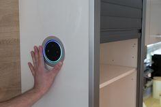Mit dem Einbaugehäuse haben wir den Amazon Echo Dot in unsere Küche integriert. Sieht super stylisch aus und die nervigen Kabel sind auch versteckt. Amazon Echo, Smart Home, Super, Smart Watch, Cable, Smart House, Smartwatch