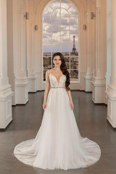 O rochie simpla si foarte romantica care foloseste goliciunea decolteului si umerilor pentru a evidentia frumusetea feminina a corsetului decoltat si a spatelui. Disponibila pe alb natural. Lace Wedding, Wedding Dresses, Corset, Paris, Formal Dresses, Fashion, Bride Dresses, Dresses For Formal, Moda