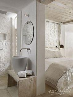 Weißes Interior und Bad im Kensho Boutique Hotel and Suites in Ornos, Mykonos. Griechenland