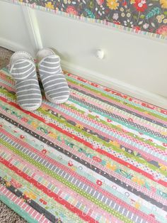 Fun project alert: the jelly roll rug! Fun project alert: the jelly roll rug! Jellyroll Quilts, Rag Quilt, Quilt Blocks, Scrappy Quilts, Mini Quilts, Fabric Rug, Fabric Scraps, Diy Sewing Projects, Fun Projects