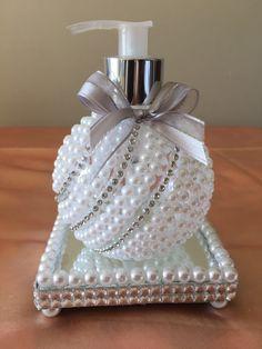 Recycled Perfume Bottle Ideas for Karen Gilbert Wine Bottle Crafts, Jar Crafts, Bottle Art, Diy And Crafts, Arts And Crafts, Shabby Chic Crafts, Shabby Chic Decor, Bottles And Jars, Perfume Bottles
