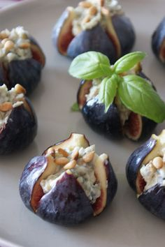 Une petite entrée absolument divine qui vous fera fondre de plaisir. Voici ma recette de figues  rôties au  bleu  et noix .          Pour ...
