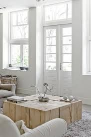White living room with wood blocks coffee table Home Living Room, Living Spaces, Table Cafe, Interior Decorating, Interior Design, Decorating Ideas, Decor Ideas, Home And Deco, Wood Blocks