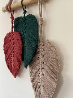 Easy Yarn Crafts, Macrame Wall Hanging Diy, Macrame Art, Macrame Design, Macrame Projects, Macrame Patterns, Fiber Art, Fall Decor, Handmade Crafts
