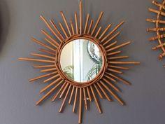 Superbe miroir soleil rotin, fabrication française datant des années 60-70, en très bel état de conservation, prêt à illuminer votre intérieur