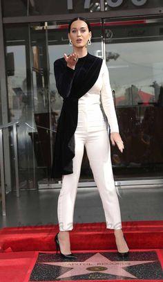 La cantante Katy Perry brilló con luz propia en el acto de entrega de la estrella en el Paseo de la Fama su discográfica Capitol Record, con motivo de su 75 aniversario.