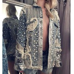 embellish old denim jackets with lots of pearls Denim Fashion, Trendy Fashion, Fashion Outfits, Jackets Fashion, Custom Denim Jackets, Estilo Denim, Denim Art, Donia, Mode Jeans