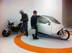 安全。「絶対に倒れない自立式カプセル型バイク」が2013年に登場