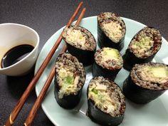 Zutaten:  1 Dose Thunfisch oder frischen rohen Sushi Thunfisch 200 g Quinoa (langsam gekocht in ca. 500ml Wasser– gib 1 El Chia Samen dazu, das bindet alles besser zusammen und läßt sich damit besser ausrollen) 1 Avocado 2-3 Frühlingszwiebel, fein geschnitten 4 Nori Blätter (Algen) 1 Tube Wasabi 6-8 El Tamari Sauce (Soya Sauce