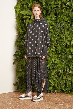See the complete Stella McCartney Resort 2015 collection.