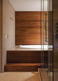 A banheira oval (1,83 x 1,07 m, da Spas Versati) fica embutida numa estrutura de freijó (AG Movelaria). Minimalism Interior, House Design, Contemporary Bathrooms, Log Cabin Living, Decor, House Interior, Luxury Homes, Interior, Home Decor