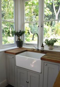 Windows around kitchen sink. (From Design Mom& Living With Kids: Courtney Adamo) Windows around kitchen sink. (From Design Moms Living With Kids: Courtney Adamo) Farmhouse Sink Kitchen, Cozy Kitchen, Kitchen Corner, Modern Farmhouse Kitchens, New Kitchen, Home Kitchens, Corner Sink, Kitchen Ideas, Farmhouse Style