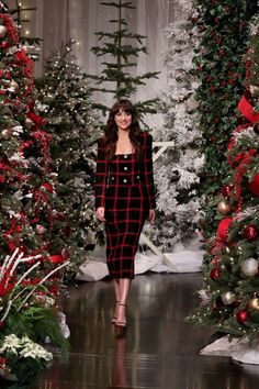 Dakota Johnson wore an Alessandra Rich skirt suit for an appearance on The Ellen DeGeneres Show Dakota Style, Moda Instagram, Glamorous Dresses, Office Ladies, Celebrity Look, Red Carpet Dresses, Skirt Suit, American Actors, Powerful Women