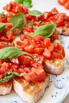 Bruschetta - simply made by yourself - Bruschetta recipe – simple, quick and cheap: For the bruschetta recipe you only need ciabatta, oil and tomatoes. Ciabatta, Bruschetta Recipe, Party Buffet, Snacks Für Party, Healthy Food List, Eating Plans, Finger Foods, Italian Recipes, Gastronomia