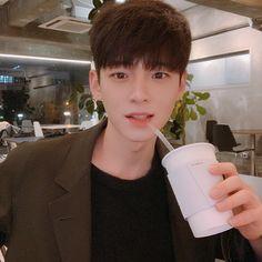 카페인 중독🤤 Do you like coffee? Korean Boys Ulzzang, Ulzzang Boy, Korea Boy, Cute Anime Boy, Girl Quotes, Cute Hairstyles, Cute Boys, Handsome, Asian