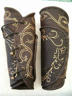 legolas bracers other replicas costumes/wardrobe from Lord of the Rings Trilogy. I want these bracers for my Ice Elf. Larp, Elf Cosplay, Cosplay Costumes, Pirate Costumes, Fantasy Armor, Medieval Fantasy, Medieval Gown, Elven Costume, Aragorn Costume