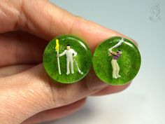 Handicap – sportive golfer-cufflinks with two plastic mini-golf player on a green bottom made of resin  ///// © Isabell Kiefhaber www.geschmeideunterteck.de