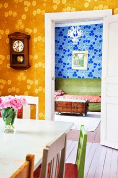 Funny and Colorful Wallpaper Design Ideas for Girls Bedroom Retro Wallpaper, Colorful Wallpaper, Wall Wallpaper, Wallpaper Design For Bedroom, Designer Wallpaper, Retro Living Rooms, Living Spaces, Retro Home, House Colors