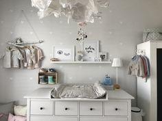 Ikea Hemnes Wickelkommode puckdaddy kinderzimmer babyzimmer mädchenzimmer Kleiderstange Ast ikeahack Bilderleiste Tonies