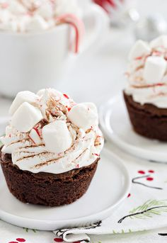 Peppermint Cocoa Brownie Cups are a simple and delicious way to celebrate the season. Mini marshmallows and crushed candy canes make them a dessert the entire family will love. ~ My Baking Addiction Mini Desserts, Christmas Desserts, Christmas Treats, Just Desserts, Delicious Desserts, Dessert Recipes, Yummy Food, Christmas Recipes, Christmas Foods