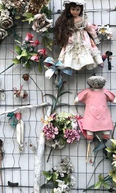 Durante uma viagem, ao visitar uma cidade é importante conhecer não apenas os seus pontos turísticos, mas também a sociedade que ela está inserida. Assim funciona o Wall of Dolls (Muro delle Bambole), uma instalação artística localizada em uma rua no centro de Milão, para ampliar o debate sobre o feminicídio na Itália. Os números […] O post Feminicídio na Itália: Conheça o Wall of Dolls em Milão apareceu primeiro em Zanzemos.