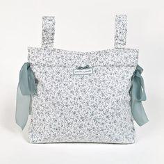 BOLSA PANERA FLOR GRIS. Bolsa panadera o bolso para silla de paseo plastificada en flor gris. Bolsa para silla de paseo, muy elegante y práctica, para llevar todo lo que necesite tu bebé. Lavable a máquina. Los materiales utilizados están libres de colorantes azoicos, ftalatos y sustancias nocivas para la salud. Medidas: 35X33X10 cm.
