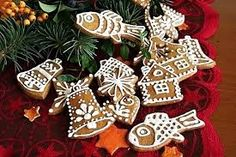 jednoduché zdobení perníčků - Hledat Googlem Scandinavian Christmas, Gingerbread Cookies, Christmas Ornaments, Holiday Decor, Food, Carpe Diem, School, Google, Gingerbread Cupcakes