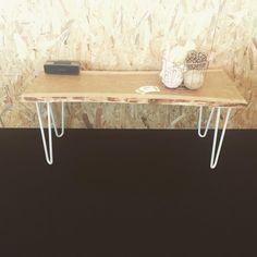 Une table basse originale avec un plateau en bois brute et des hairpin legs blancs disponibles dans toutes les tailles jusqu'à 117cm au Ripaton.fr Pieds sur mesure aussi dispo ;)