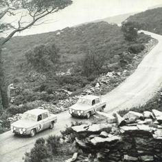 La Renault 8 Gordini de Vinatier et Masson mène la course devant celle de Ferret et Hoffmann sur le Tour de Corse 1964. Source : Moteur N° 46, décembre 1964.