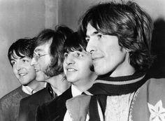 ARCHIV - Die Beatles, aufgenommen am 28. Februar 1968. Von links: Paul McCartney, John Lennon, Ringo Starr und George Harrison. Vor vierzig Jahren am 10. April 1970 trennten sich die Beatles. Die Beatles haben von 1962 bis 1970 13 LPs veroeffentlicht und mit 22 Singles wie niemand sonst die Hitparaden ihrer Zeit dominiert.  (AP Photo,file)  --- FILE - The Beatles pose together on Feb. 28, 1968 in an unknown location. From left are Paul McCartney, John Lennon, Ringo Starr and George…