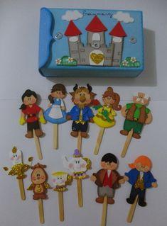 """Caixa cenário para história """"A Bela e a Fera"""", com três pontos de imã para colar os personagens na caixa, também acompanha o encaixe para contar através de palitoches.. São 11 peças confeccionadas em eva mais a caixa cenário para guardar os personagens. Faço outros temas! Consulte!!! Kids Crafts, Family Crafts, Felt Crafts, Diy And Crafts, Arts And Crafts, Paper Crafts, Class Door Decorations, Puppets For Kids, School Items"""