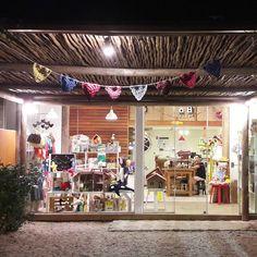 Dá gosto de ver uma loja criativa e cuidadosa como a @mamaemedisseilha  Ilhabela agradece o capricho com a escolha de brinquedos manuais e esse clima lúdico! #colavisita #brinquedosmanuais #colaindica #ilhabela