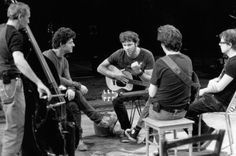 Lors des répétitions de la trilogie consacrée à Sophocle, Bertrand Cantat en discussion avec le metteur en scène Wajdi Mouawad (2e à partir de la gauche) et les musiciens.  ph. jean Louis Fernandez