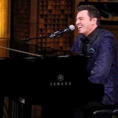 Watch Seth MacFarlane Try So Hard Not to Laugh While Singing Yahoo Answers With Jimmy Fallon